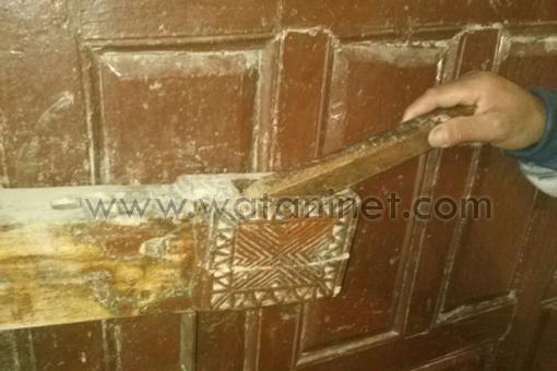 الباب بقفلة الخشبى