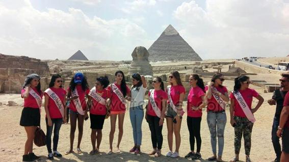 ملكات جمال العالم يلتقطون الصور التذكارية امام الأهرامات (3)