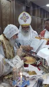 الأنبا أرساني يصلي بكنيسة القديس أباهور3