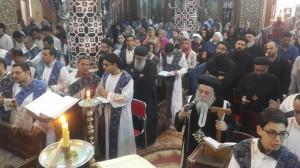 الأنبا ديمتريوس يُصلي الجمعة العظيمة بملوي3