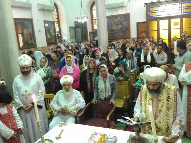 الأنبا كاراس يُدشن أواني الخدمة أثناء صلوات جمعة ختام الصوم10)