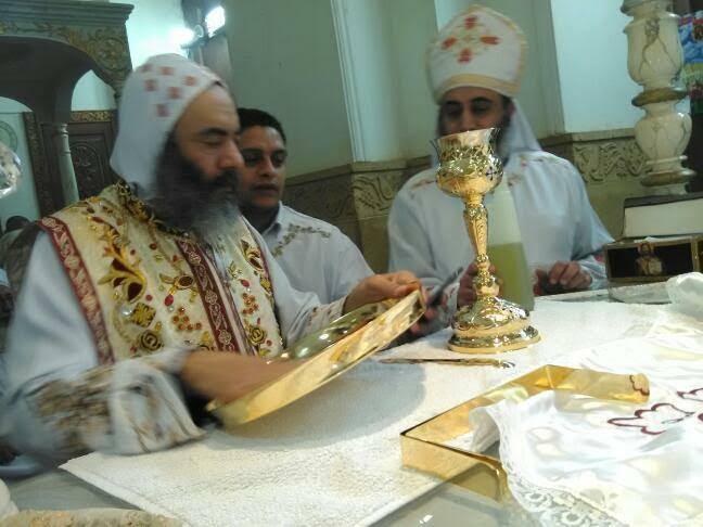 الأنبا كاراس يُدشن أواني الخدمة أثناء صلوات جمعة ختام الصوم (12)