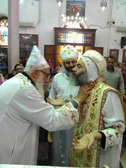 الأنبا كاراس يُدشن أواني الخدمة أثناء صلوات جمعة ختام الصوم(14)