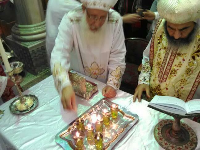 الأنبا كاراس يُدشن أواني الخدمة أثناء صلوات جمعة ختام الصوم (15)