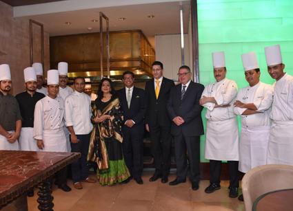 سفير الهند يفتتح مهرجان المأكولات الهندية (3)